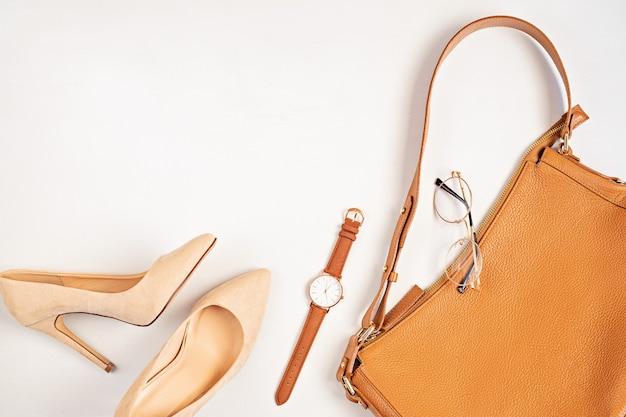Lay flat con accesorios de moda de mujer en colores neutros