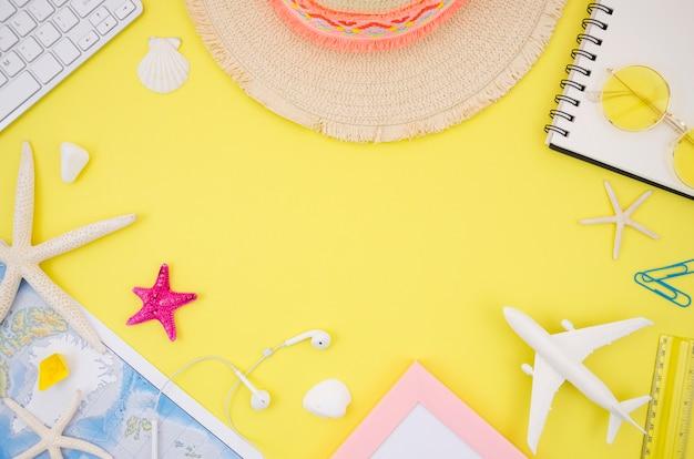 Lay flat de accesorios de viaje sobre fondo amarillo