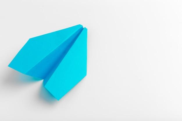 Lay flat de avión de papel blanco sobre blanco