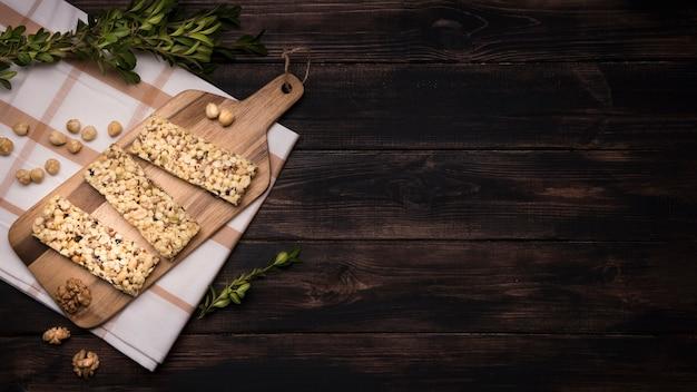 Lay flat de barra de muesli en mesa de madera