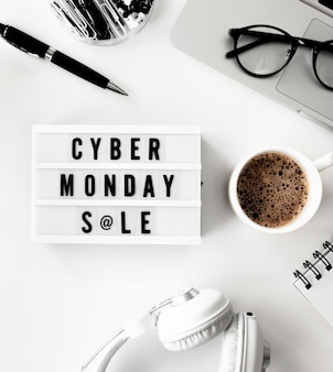 Lay flat de caja de luz para cyber monday con laptop y café