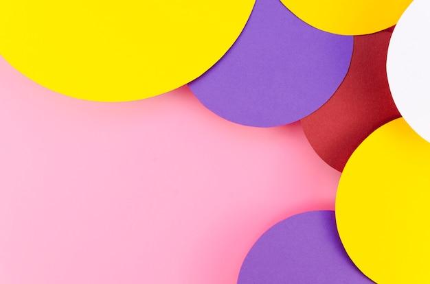 Lay flat de círculos de papel de colores con espacio de copia