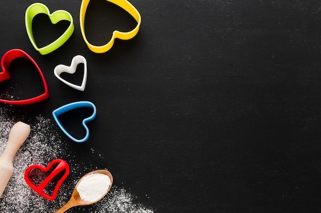 Lay flat de coloridas formas de corazón con espacio de copia