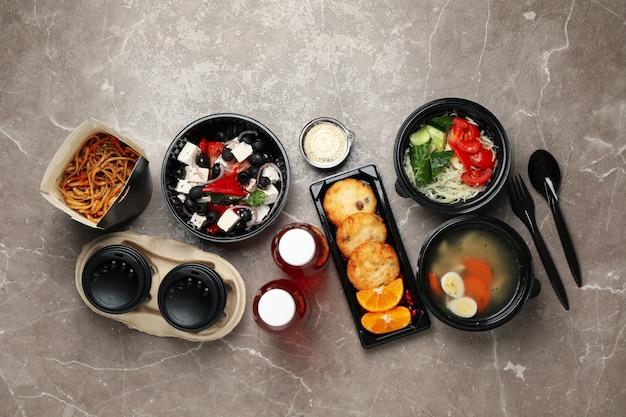 Lay flat con comida para llevar en la mesa. entrega de comida