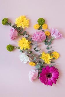 Lay flat de composición de hermosas flores.