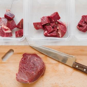 Lay flat del concepto de carne cruda en rodajas
