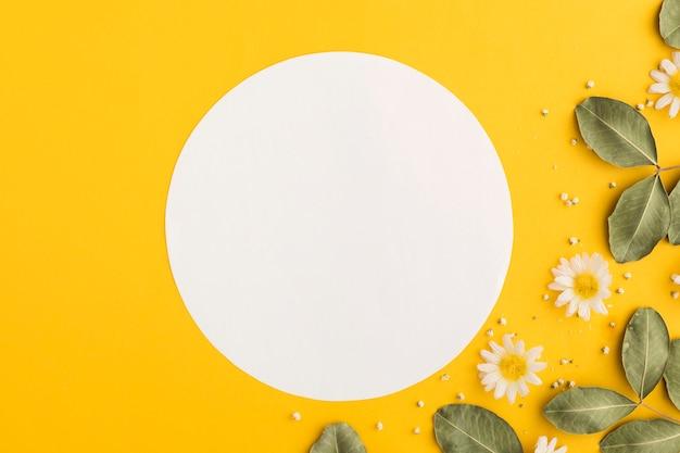 Lay flat de concepto floral con espacio de copia