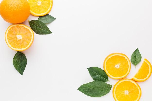 Lay flat del concepto de marco de rodajas de naranja