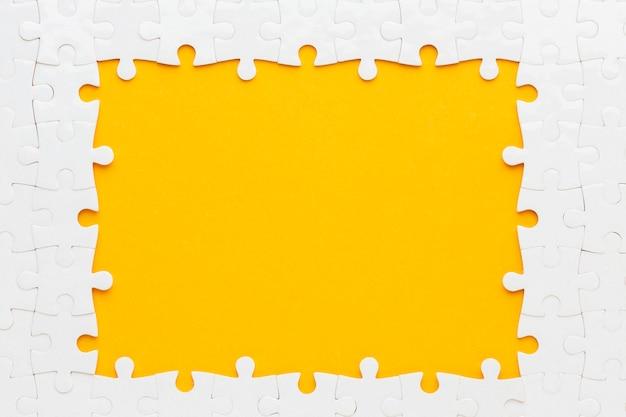 Lay flat del concepto de marco de rompecabezas