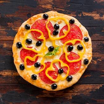 Lay flat de deliciosa pizza en mesa de madera