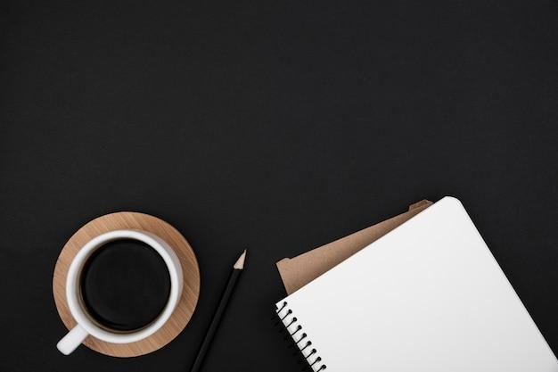 Lay flat de escritorio concepto oscuro con espacio de copia