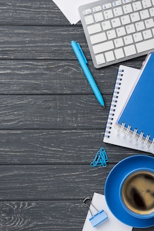 Lay flat de escritorio de madera con taza de café y teclado