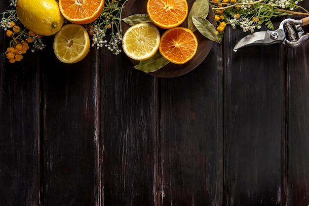 Lay flat de fruta naranja con espacio de copia