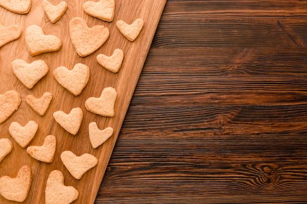 Lay flat de galleta del día de san valentín en forma de corazón con espacio de copia
