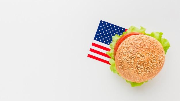 Lay flat de hamburguesa con espacio de copia y bandera americana