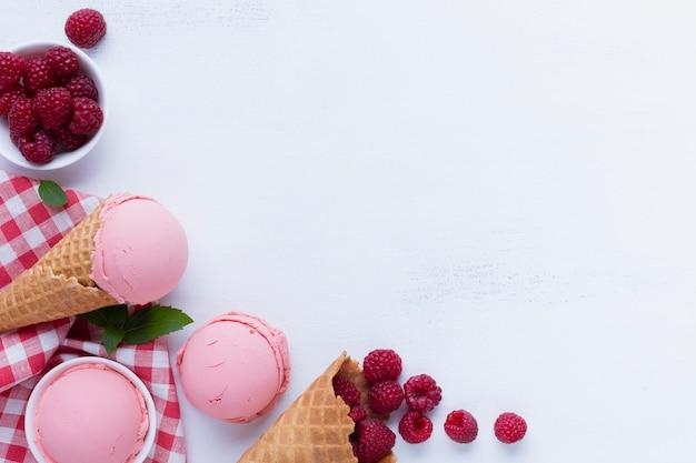Lay flat de helado de frambuesas con espacio de copia