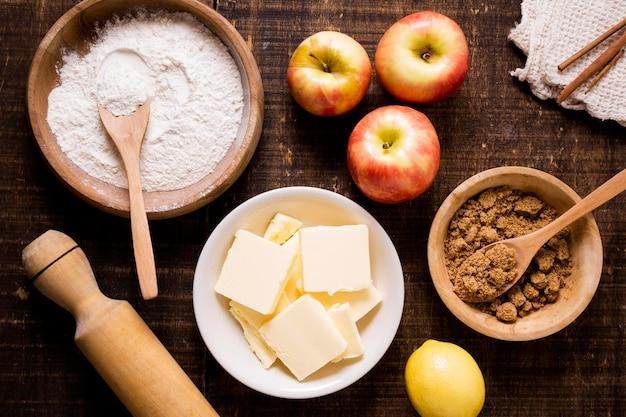 Lay flat de ingredientes para tarta de acción de gracias con manzanas y mantequilla