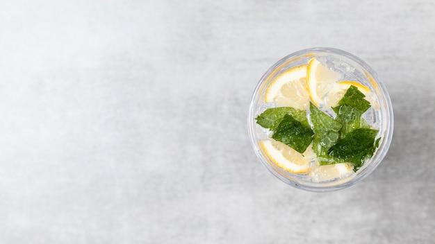 Lay flat de limonada sobre fondo de madera con espacio de copia