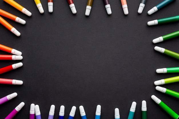 Lay flat de marcadores de colores con espacio de copia