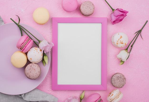 Lay flat de marco con rosas y macarons