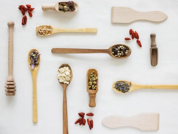 Lay flat de medicamentos orgánicos en cucharas.