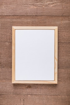 Lay flat de menú en blanco sobre superficie de madera
