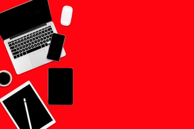 Lay flat de mesa de oficina con ordenador portátil, tableta digital, teléfono móvil y accesorios.