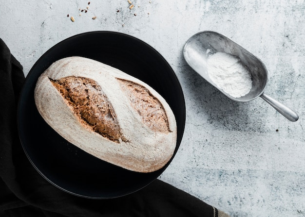 Lay flat de pan en plato negro