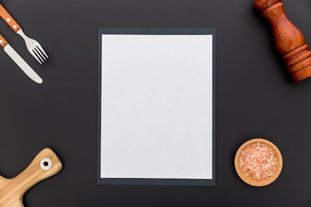 Lay flat de papel de menú en blanco con cuchillo y tenedor