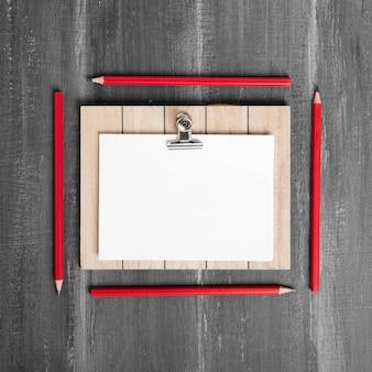 Lay flat de papeles y portapapeles en mesa de madera