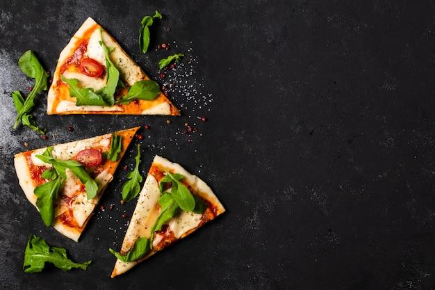 Lay flat de rebanadas de pizza con espacio de copia