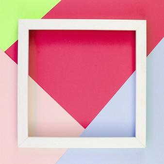 Lay flat de recortes de papel de colores con marco en la parte superior