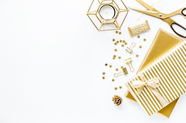 Lay flat sobre fondo blanco con deco dorado