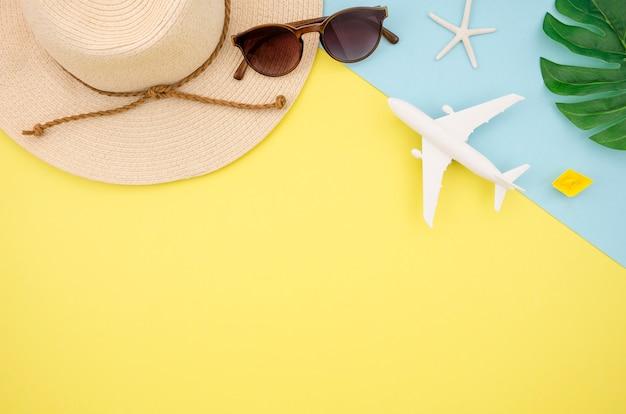 Lay flat de sombrero y gafas sobre fondo amarillo