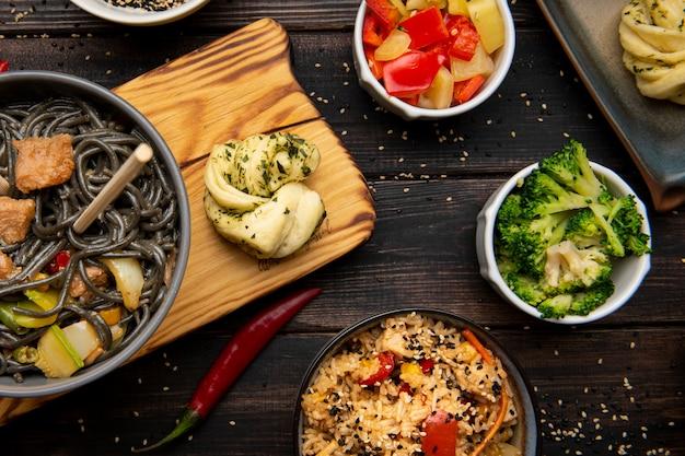 Lay flat de surtido de deliciosa comida asiática