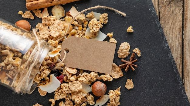Lay flat de tarros con cereales para el desayuno en pizarra