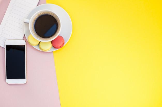 Lay flat de taza de café con macarrones.