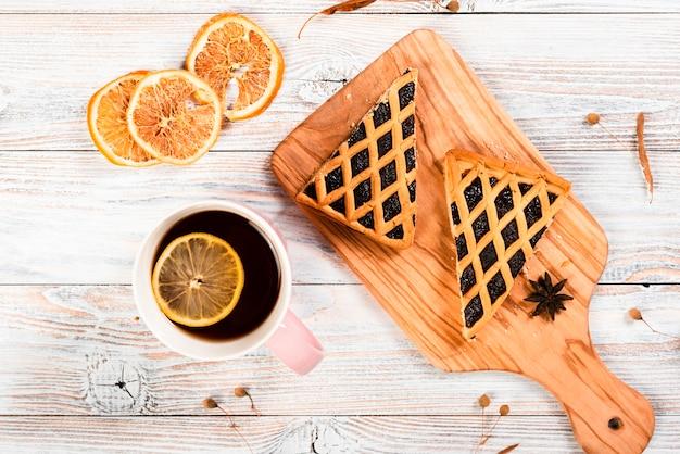 Lay flat de té y rebanadas de pastel.