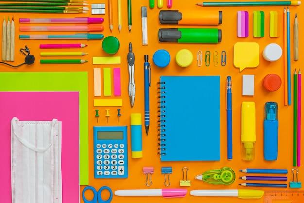 Lay flat con útiles escolares para la escuela