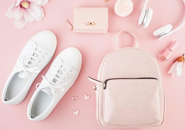 Layout con accesorios de primavera verano para niñas en tonos rosa pastel. estilo urbano casual de verano.