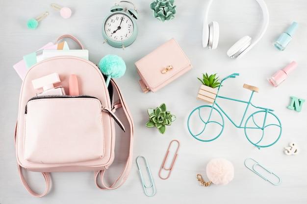 Layout con accesorios de primavera verano para niñas en tonos rosa pastel.