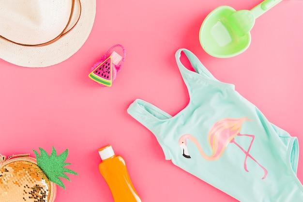 Layout plano de traje de verano y accesorios.