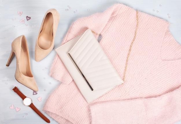 Layout de ropa de mujer, accesorios en pastel.
