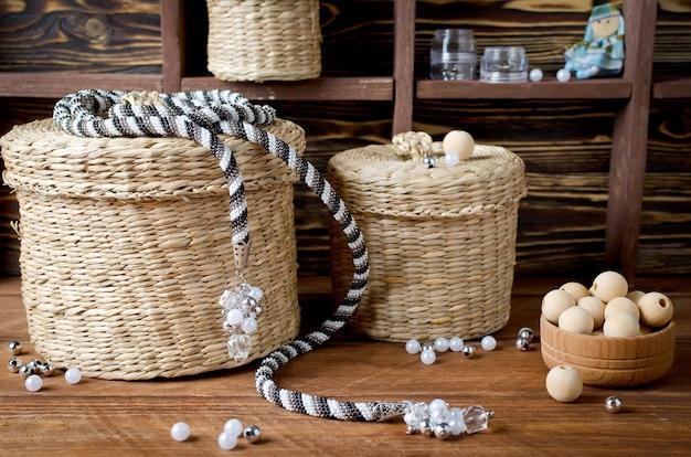 Lazo. arnés transformador tejido de abalorios con bonitos broches o borlas en los extremos. taller a domicilio