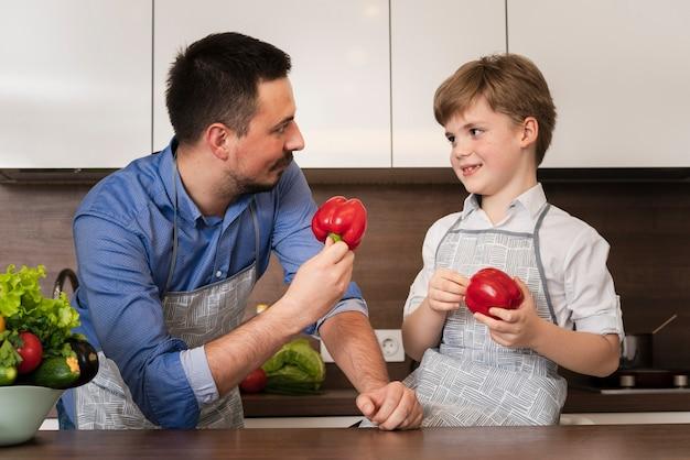 Lección de cocina de ángulo bajo con padre e hijo