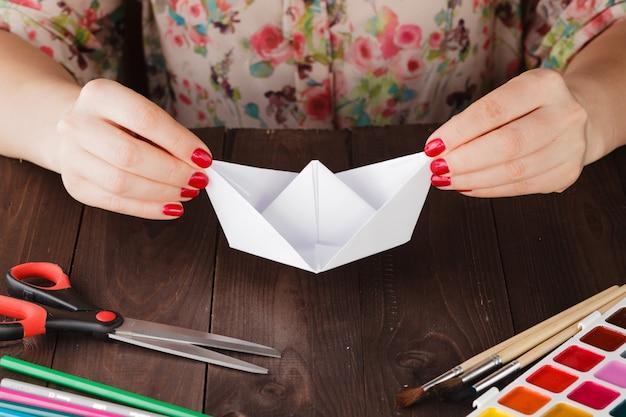 Lección femenina lista para educar hacer origami de artesanía de papel