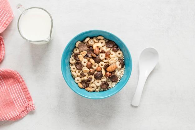 Leche y cereales en la mesa