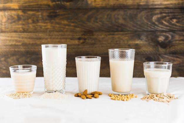 Leche en diferentes vasos y cereales