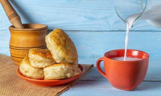 La leche es una bebida para rosquillas caseras frescas. idea para un delicioso desayuno o cena festiva.