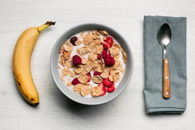 Leche con frambuesas secas musli y plátano